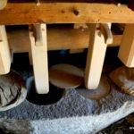 Mehl stampfen in der alten Mühle